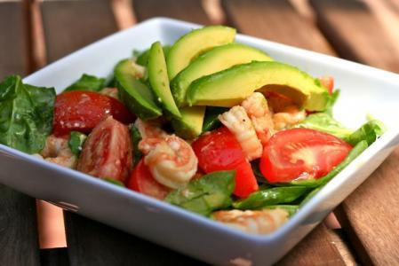 Zeleninový salát s krevetami a jogurtovým dresinkem