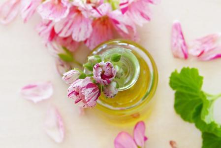 8 esenciálních olejů a jejich použití na pleť