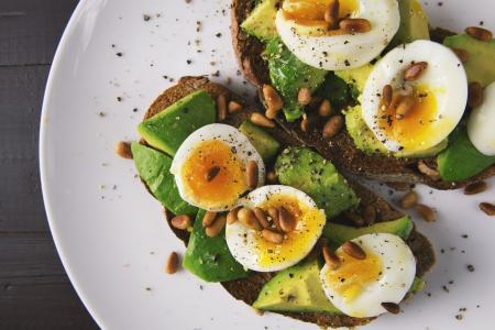 Jak zvýšit denní příjem bílkovin? Inspirujte se ukázkovým jídelníčkem