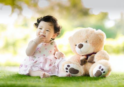 Vývoj miminka v sedmém měsíci: od lezení ke slabikám