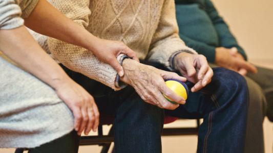 12 prvních varovných příznaků Parkinsonovy nemoci